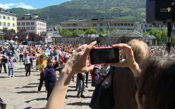 500 élèves dansent et chantent: flashmob sur la Planta pour les 20 ans de la «Bataille des livres»