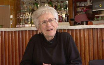 Zoom sur Ginette Lattion qui tient le café familial à Liddes depuis 1962, le Café de la Place
