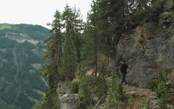 Là-haut sur l'alpage du Rawyl, rencontre avec le garde du bisse de Sion et la tenancière du gîte de Lourantze