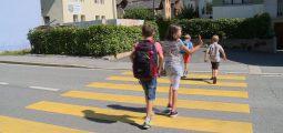 Après les patrouilleurs qui aident les écoliers à traverser, voilà les «coachs à la circulation routière»!