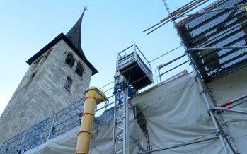 Rénovation: des spécialistes posent tavaillons et bardeaux sur le toit de l'église d'Ernen