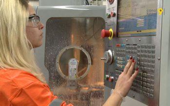 En 100 ans, le site de production d'aluminium à Chippis a formé 1600 apprentis. Des filles aussi