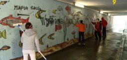 Des jeunes réalisent une fresque murale à Vernayaz