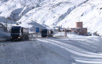 Liaison avec l'Italie: les transporteurs routiers veulent plus de souplesse au col du Simplon. Le Canton met en avant la sécurité
