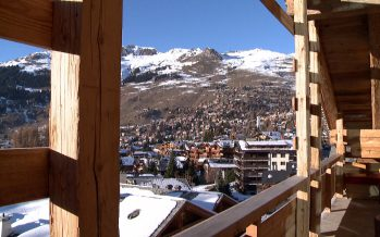 Les vacances de neige et le ski font-ils encore recette en Valais? On en débat