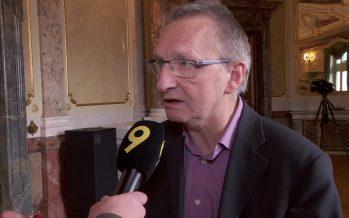 «Yannick Buttet dégage en touche. Mais ici sous la Coupole, sa crédibilité est vraiment  ruinée», dit le journaliste Michel Guillaume
