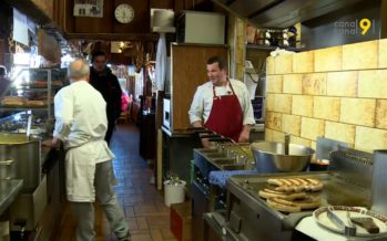 À 2200 mètres d'altitude, au restaurant de Combatseline, Jean-Lucien Mariéthoz (alias Suçon) soigne ses hôtes avec bonne humeur