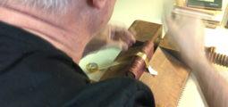 Relieur artisanal, un métier qui se fait de plus en plus rare en Valais. Découverte avec Charly Perrin
