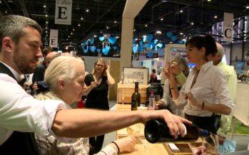 «Bouche à oreille», une expérience œnolittéraire qui ravit les visiteurs du Salon du livre. A voir et boire sur le stand du Valais