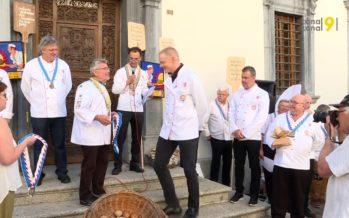 Tous les deux ans, une Confrérie goûte les pains du Valais. Et les meilleurs boulangers deviennent Chevaliers du bon pain!