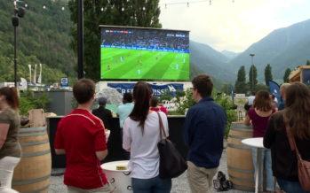 Qu'est-ce qui incite les fans de foot à sortir de chez eux pour regarder, ensemble, les matchs du Mondial?