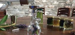 Les herbes dans la bouteille: de la cueillette à l'élaboration de votre propre alcool de plantes