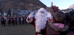 Marché de Noël de Martigny: le petit papa Noël descend du ciel… en hélicoptère