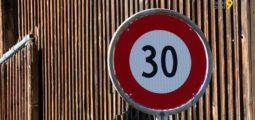 Vitesse limitée à 30 km/h pour moins de bruit et plus de sécurité: la mesure est testée dans plusieurs localités valaisannes