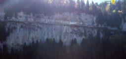 Balade dans la Galerie Défago, un sentier naturel blotti dans la roche, avec un vue magnifique sur Champéry