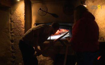 Au four banal de Vollèges, des jeunes de l'école d'agriculture ont testé la cuisson du pain à l'ancienne