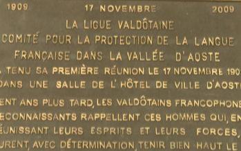 Le français, langue officielle du val d'Aoste depuis le XVIe siècle, se perd au profit de l'italien, désormais première langue de la vallée