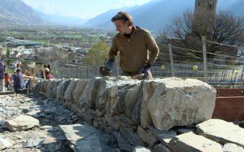 Patrimoine: des civilistes ont appris des techniques ancestrales pour rénover des murs en pierres sèches à Martigny