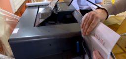 Vote par correspondance: des autocollants nominatifs pour empêcher les fraudes électorales