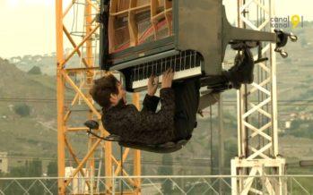 Alain Roche en concert… suspendu avec son piano 60 mètres au-dessus du chantier du parking de l'hôpital