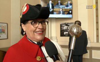 À quoi sert le sceptre que tient Josiane Bonvin, hussière du Grand Conseil?